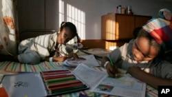 Dua anak Ethiopia mewarnai gambar-gambar pada bukunya (foto: ilustrasi).