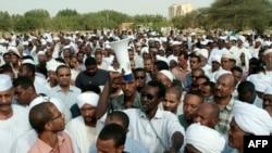 2013年9月28日,在喀土穆抗议期间被打死的一名苏丹药剂师的亲友为死者举行声势浩大的葬礼