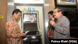 MenPAN RB Asman Abnur ditemani Gubernur Jawa Timur Soekarwo meninjau Mesin ATM Samsat Inovasi Dipenda Jatim di Kantor Samsat Surabaya Timur. (VOA/Petrus)