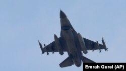 Pesawat tempur Turki meninggalkan pangkalan udara Incirlik siap untuk melancarkan serangan udara (foto: dok).