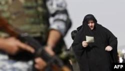 伊拉克士兵在什叶派朝圣者经过的地方警戒