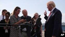 El presidente de Estados Unidos, Donald Trump, habla con los periodistas antes de abordar el Air Force One en el Aeropuerto Municipal de Morristown, en Nueva Jersey, el 15 de agosto de 2019. REUTERS / Jonathan Ernst.