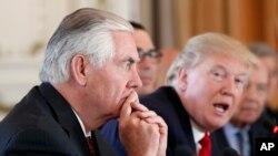 Tổng thống Hoa Kỳ Donald Trump (bên phải) và Ngoại Trưởng Hoa Kỳ Rex Tillerson, ngày 7/4/2017.