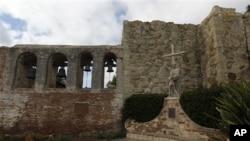 Berbagai upaya dilakukan untuk menarik agar burung-burung walet mau bersarang lagi di gereja tua San Juan Capistrano yang terletak di California ini (foto: dok.).