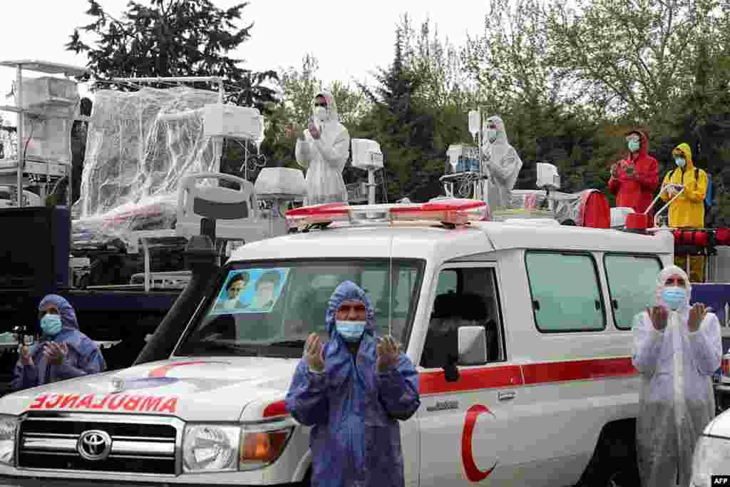 ایران میں 'آرمی ڈے' کے موقع پر فوج کے پیرامیڈیکل دستوں نے طبی آلات کے ساتھ سڑکوں پر گشت کیا۔