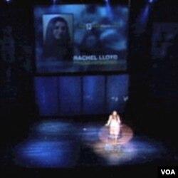 Trenutak uručivanja nagrade za zaštitu ljudskih prava kompanije Reebok Rachel Lloyd