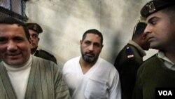 Mohamed Ahmed Hussein (baju putih), pelaku penembakan warga Kristen Koptik di kota Nagaa Hammadi, Mesir.
