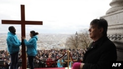 L'archevêque de Paris Michel Aupetit lors d'une procession du Chemin de Croix le Vendredi Saint devant la Basilique du Sacré-Cœur, à Paris, le 30 mars 2018.