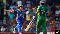محمد حفیظ بغیر کوئی رن بنائے ملنگا کی گیند پر کیچ آؤٹ ہوئے
