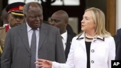 아프리카 순방에 나선 클린턴(우측) 미 국무장관이 케냐의 므와이 키바키 케냐 대통령의 영접을 받고있다.