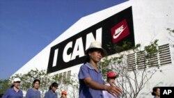 Para pekerja tiba di pabrik sepatu Nike di Bien Hoa, provinsi Dong Nai di selatan Ho Chi Minh City, Vietnam. (Foto: Dok)