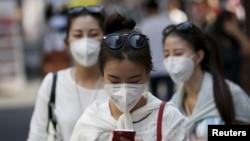 지난 10일 명동 거리에서 관광객들이 마스크를 쓰고 있다.
