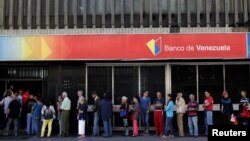 People line up to withdraw cash from a Banco de Venezuela branch in Caracas, Dec. 2, 2016. Venezuela's struggling economy took another hit on Friday when it's association with Mercosur was suspended.