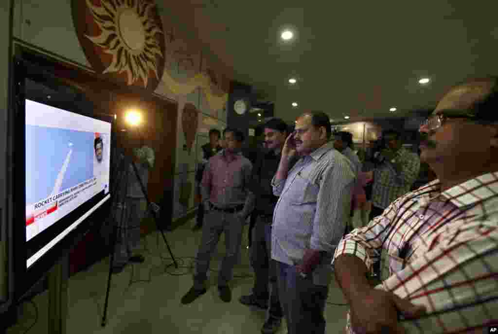 5일 인도 뉴델리의 시민들이 화성궤도 우주선 발사 장면 생중계를 지켜보고 있다.
