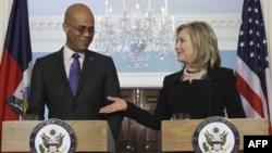 Ngoại trưởng Hoa Kỳ Hillary Clinton và Tổng thống Haiti Michel Martelly tại 1 cuộc họp báo ở Washington, Thứ Tư 20/4/2011