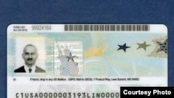 Bagian belakang desain baru green card (kartu hijau) USCIS yang dikatakan kebal terhadap upaya pemalsuan. (Foto courtesy: USCIS)