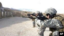 Binh sĩ Mỹ tập trận trong khu vực của kho đạn ở Hawthorne, Nevada. (Ảnh 29/9/200Ắ