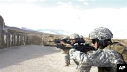 Des soldats non identifiés du Corps des Marines participent à des exercices de tirs au Hawthorne Army Depot, dans le Nevada, le 19 sept. 2008.