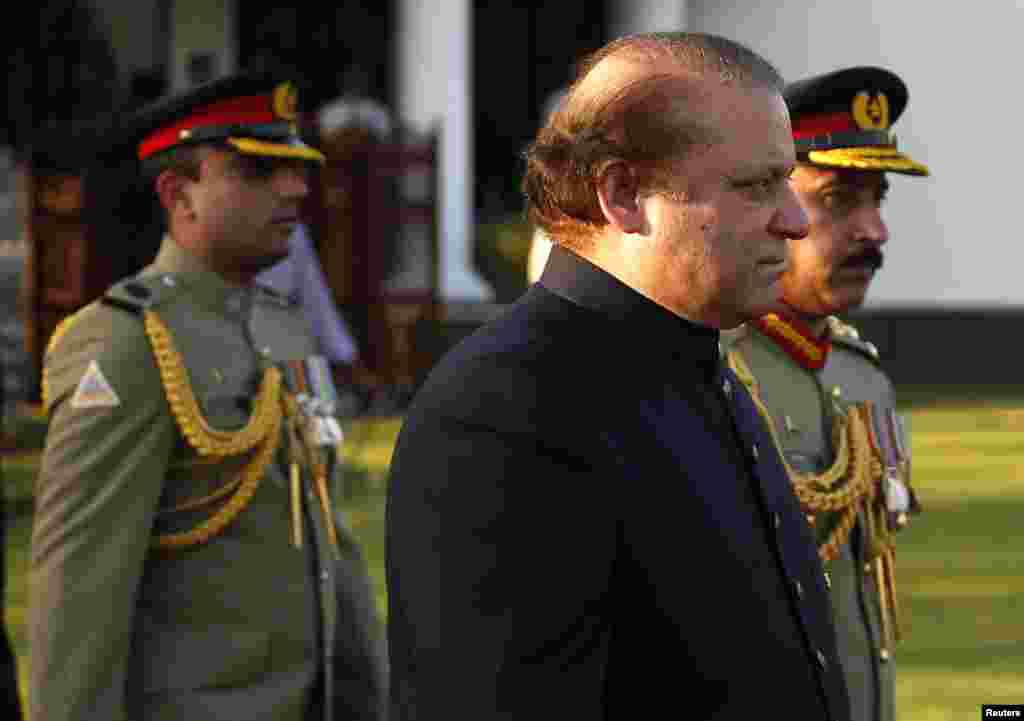 Pakistan's newly elected Prime Minister Nawaz Sharif (2nd R) arrives to inspect the guard of honor during a ceremony at the prime minister's residence after being sworn-in, in Islamabad June 5, 2013.