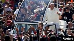 Hàng ngàn người Mexico đổ xô ra đường để chào mừng Đức Giáo Hoàng hôm 13/2.