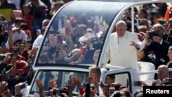Millares de peregrinos siguieron el mensaje del Papa a través de pantallas gigantes desde la céntrica plaza del Zócalo.