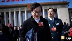 2018年3月15日,香港演員成龍中國人民政治協商會議閉幕式後離開北京人民大會堂。