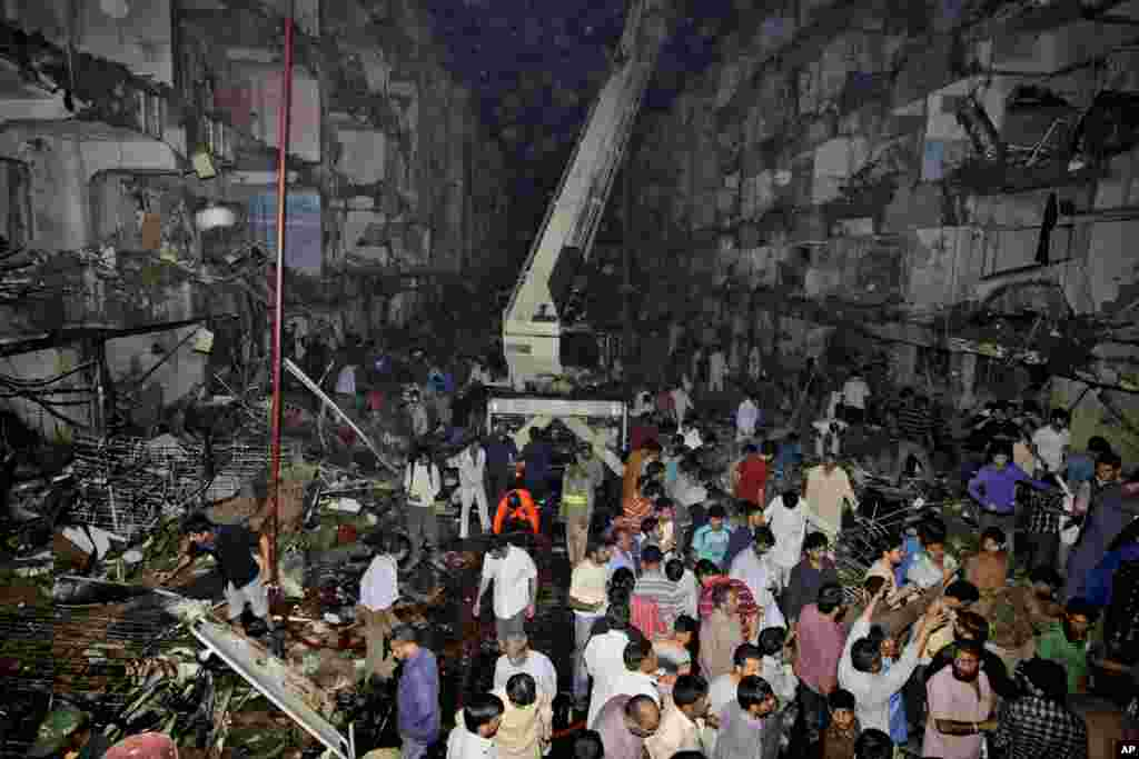 Medics and civilians gather at the site of a bomb blast in Karachi, Pakistan, March 3, 2013.