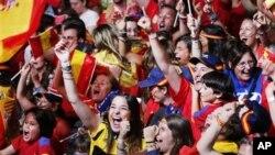 Ribuan pendukung tim Spanyol merayakan kemenangan tim matador atas tim Azzurri di stadion Madrid, Spanyol (1/7).