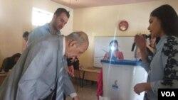 چند تن از اعضای خانوادۀ کرد در اربیل عراق، حین رای دهی در همه پرسی