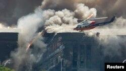 یک هلی کوپتر امداد در اطراف ساختمان آسیب دیده پنتاگون در روز حملات تروریستی یازده سپتامبر ۲۰۰۱ - آرشیو