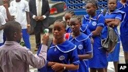利比里亞學童接受體溫檢測