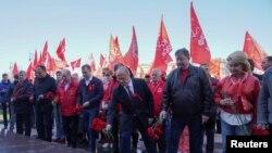 Članovi ruske Komunističke partije i njen lider Genadi Zjuganov polažu cveće na Grob neznanog junaka u Moskvi, 1. maja 2021.