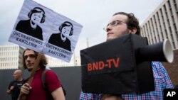 Manifestantes en Alemania reclaman contra el supuesto espionaje de la NSA sobre ciudadanos alemanes.