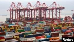 Tư liệu - Công-tai-nơ chất tại cảng nước sâu Dương Sơn ở Thượng Hải, Trung Quốc, ngày 24 tháng 4, năm 2018.
