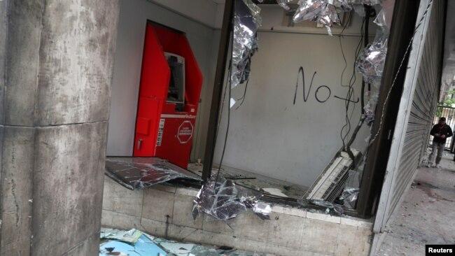 Un cajero automático destrozado después de la protesta del sábado contra el aumento de los precios de los boletos del metro en Santiago, Chile, 20 de octubre de 2019. REUTERS / Iván Alvarado.