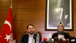 Fatma Betul Sayan Kaya, la ministre de la famille, et Berat Albayrak, ministre de l'Énergie, à Istanbul, le 12 mars 2017.