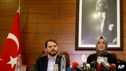 Bà Fatma Betul Sayan Kaya (bên phải), Bộ trưởng Bộ Gia đình phát biểu ngay sau khi bà quay về Thổ Nhĩ Kỳ, ngày 12/3/2017.