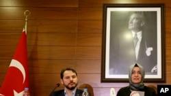 Ailə və Sosial Siyasət naziri Fatma Betül Sayan Kaya və Energetika naziri Berat Albayrak Atatürk hava limanında mətbuat konfransı zamanı