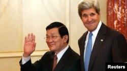 美國國務卿克里在美國國務院華盛頓總部接待來訪的越南國家主席張晉創。 (2013年7月24日)
