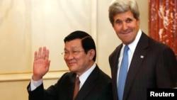 美国国务卿克里在美国国务院华盛顿总部接待来访的越南国家主席张晋创。(2013年7月24日)
