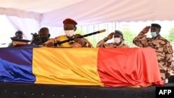 Militer Chad memberikan penghormatan kepada mendiang Presiden Idriss Deby Itno, dalam acara pemakaman kenegaraan di N'Djamena, Jumat (23/4).
