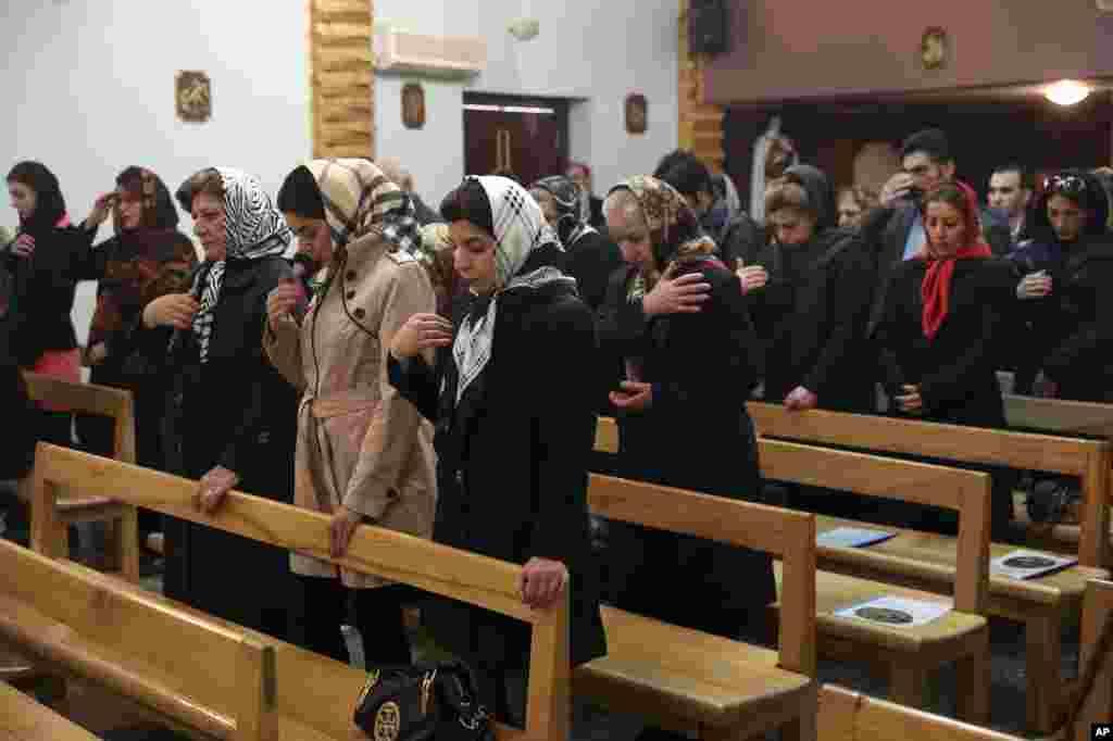 نیایش مسیحیان ایران در کلیسا به مناسبت کریسمس. بیشتر مسیحیان ایران در تهران و شمال غرب کشور ساکن هستند.