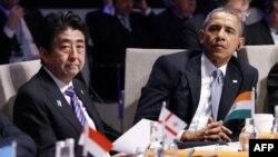 Сіндзо Абе і Барак Обама на саміті з ядерної безпеки в Гаазі