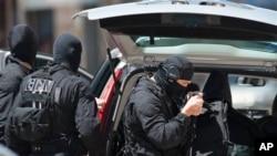 Cảnh sát Pháp bên ngoài ngân hàng ở Toulouse, ngày 20/6/2012
