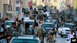 지난 2014년 6월 시리아 락까에서 ISIL이 '이슬람 국가' 수립을 선포한 후, ISIL 대원들이 행진하고 있다. (자료사진)
