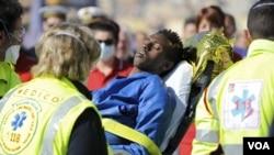 사고 현장에서 응급요원들이 구조된 난민을 옮기고 있다.