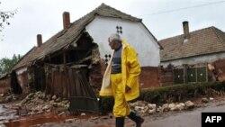 Dân làng trước căn nhà bị phá hủy bởi bùn thải độc hại ở Kolontar, Hungary