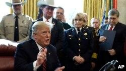 El tema migratorio es vital para el presidente Donald Trump, quien desde su campaña en 2016 prometió levantar el muro fronterizo e impedir el flujo ilegal de migrantes a EE.UU.