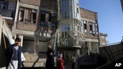 阿富汗人聚集在遭到自杀袭击的喀布尔什叶派文化中心前。(2017年12月28日)