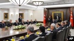 Bức ảnh do Văn phòng Báo chí Tổng thống Thổ Nhĩ Kỳ cung cấp cho thấy Tổng thống Thổ Nhĩ Kỳ Abdullah Gul (ở giữa) và Thủ tướng Thổ Nhĩ Kỳ Erdogan (thứ 7, bên trái) tại cuộc họp của Hội đồng An ninh Quốc gia ở Ankara, 26/12/2013